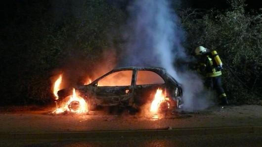 Der Corsa ist auf einem Gehweg in Flammen aufgegangen.