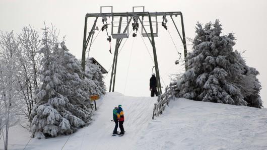 Wintersportler nutzen die Liftanlage auf dem Sonnenberg im Harz (Archivbild).