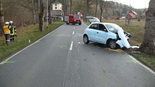 Bei Königshütte ist am Sonntag (25.11.2018) ein Auto gegen einen Baum geprallt. Die Fahrerin wurde schwer verletzt.