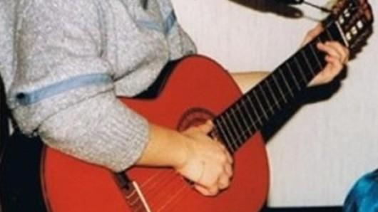 Das ist die 36 Jahre alte Gitarre.