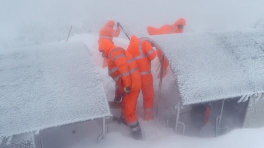 Frostiger Job: Noch steckt die Bahn im Schnee fest...