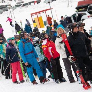 Wintersportler stehen an der Skipiste Hexenritt Schlange. Schnee und Zeugnisferien locken zahlreiche Winterurlauber zum Wurmberg in den Harz.