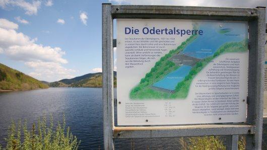 Die Odertalsperre bei Bad Lauterberg im Harz mit einer Informationstafel.