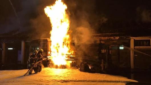 Die Feuerwehr Braunlage wurde um 1.50 Uhr zu einem Hallen-Brand mit Fahrzeugen und Gasflaschen in die Lauterberger Straße alarmiert.