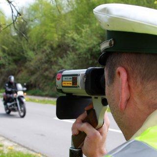Die Polizei hat bei Halberstadt viele Fahrer kontrolliert. Einen Biker haben sie mit fast 200 Stundenkilometern erwischt. (Symbolbild)