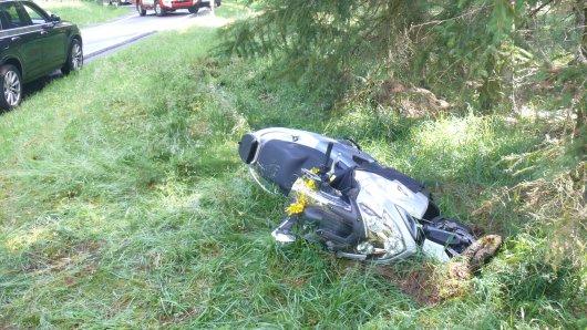 Ein Motorradfahrer ist von der Straße abgekommen. Er hat sich schwer verletzt.