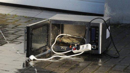 Ein Mann hat eine Mikrowelle aus dem Fenster geschmissen. (Symbolbild)