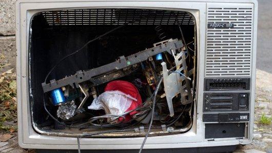Ein Mann hat einen Fernseher aus dem Fenster geschmissen. (Symbolbild)