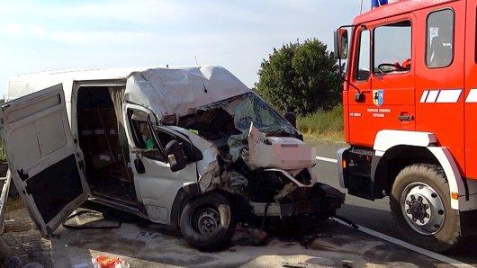 Ein Kleintransporter ist aus bislang ungeklärter Ursache gegen einen Brückenpfeiler gekracht.