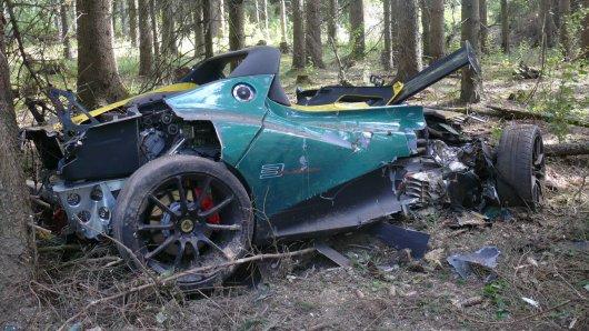 Der teure Sportwagen ist nach dem Unfall im Harz nur noch Schrott.