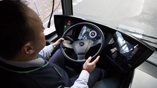 Ein Reisebus war in Goslar in Schlangenlinien unterwegs. Der Grund brachte sogar die Polizei zum Schmunzeln.