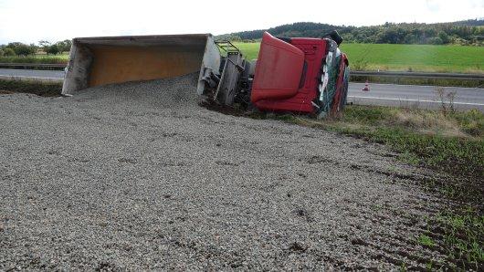 Dieser Laster legte sich am Mittwochvormittag an der A36 auf die Seite.
