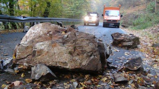 Mehrere Felsbrocken sind auf eine Straße im Harz gekracht. Sie ist derzeit voll gesperrt. (Archivbild)