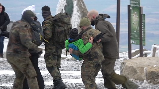 Auf dem Brocken im Harz müssen Bundeswehrsoldaten Kinder in Sicherheit bringen.
