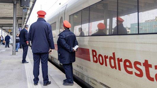Zugpersonal wartete am Bahnhof in Halberstadt. Plötzlich ist es aus dem Gleisbett heraus angegriffen worden. (Symbolbild)