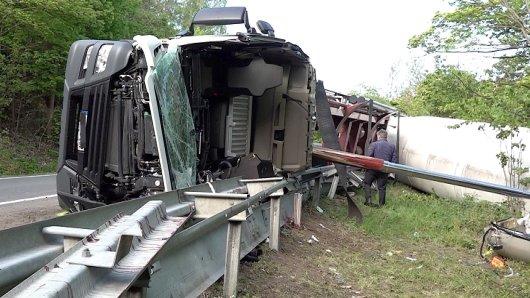 Im Harz hat es einen schweren Lkw-Unfall gegeben. Der Fahrer aus Salzgitter wurde lebensgefährlich verletzt.