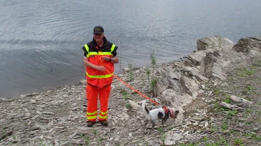 Die Hundestaffel der DLRG Einsatzgruppe Nordharz sucht die Innerstetalsperre im Harz ab.