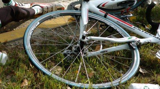 In Thüringen ist ein Rennradfahrer nach einem Unfall gestorben. (Symbolbild)