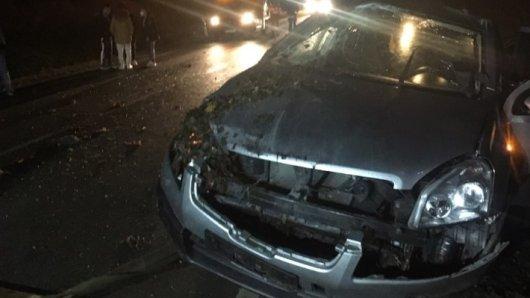 Ein junger Mann war im Harz wohl zu schnell unterwegs. Sein Nissan ist jetzt nur noch Schrott.