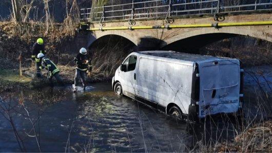 Harz: Einsatzkräfte der Feuerwehr Vienenburg ziehen den Transporter aus der Radau.
