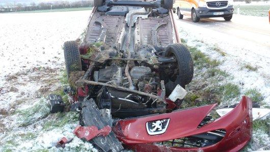 Im Harz ist hat eine Frau auf winterglatter Fahrbahn die Kontrolle über ihr Auto verloren. Bei dem Unfall wurde sie schwer verletzt.