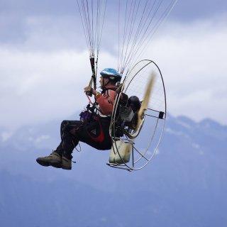 Ein Mann ist im Harz mit seinem Motorgleitschirm knapp über die Köpfe anderer Menschen hinweg geflogen. (Symbolfoto)