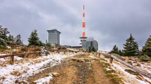 Auf dem Brocken im Harz legt erster Schnee. (Archivbild)