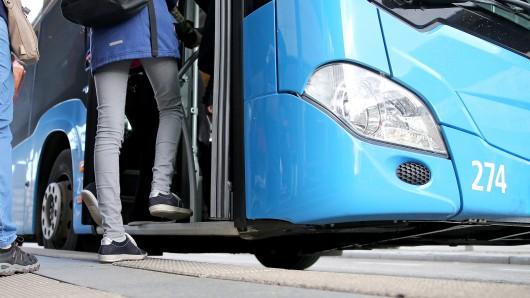 Fahrgäste steigen in einen Bus ein. (Symbolbild)