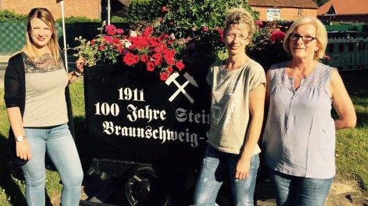 Von links: Die Inhaberin der Blumenstube, Tina Schräder, mit ihren Mitarbeiterinnen Claudia Hartmann und Veronika Tietz vor einer der bepflanzten Loren.