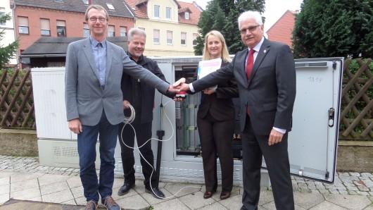 Von links: Martin Hartmann (Bürgermeister der Samtgemeinde Heeseberg), Oliver John, Sabine Köhler (beide Telekom), und Schöningens Bürgermeister Henry Bäsecke drücken symbolisch den Startknopf für 6.700 Haushalte.
