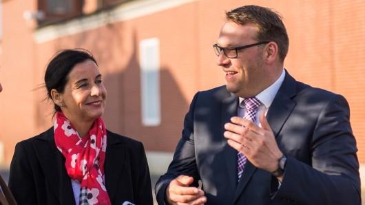 In Grasleben teilt Veronika Koch (CDU) dem Samtgemeindebürgermeister Gero Janze mit, dass das Land eine Finanzierungshilfe gegeben hat.