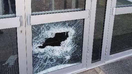 Randalierer haben am Wochenende an einer Schule in Schöningen unter anderem diese Glastür kaputt getreten.