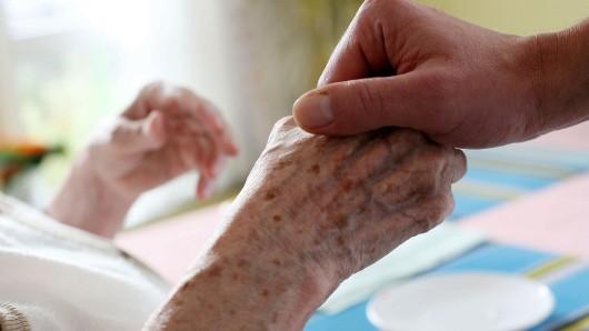 ARCHIV - ILLUSTRATION - 13.11.2007, Nordrhein-Westfalen, Düsseldorf: ein Pfleger hält in einem deutschen Pflegeheim die Hand einer Bewohnerin. (zu dpa Mehr Beschwerden über schlechte Qualität in der Pflege vom 09.08.2018) Foto: Oliver Berg/dpa +++ dpa-Bildfunk +++