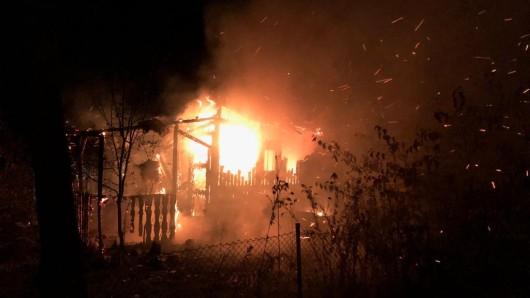 Eine Gartenlaube stand lichterloh in Flammen.