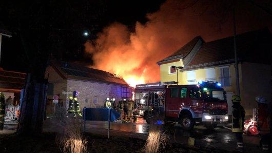 Feuerwehrgroßeinsatz in Frellstedt. Während des Brands explodierten auch Gasflaschen auf dem Gelände.