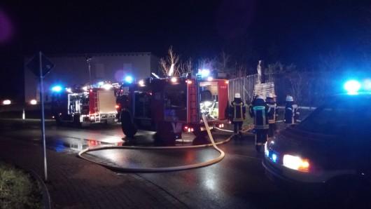 Die Brandstelle lag hinter einer etwa zwei Meter hohen Mauer.