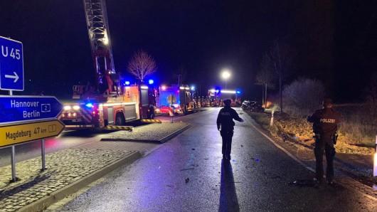 Insgesamt sechs Fahrzeuge der Feuerwehr waren am Unfallort.
