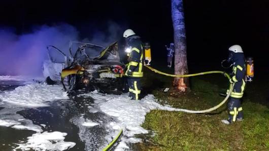 Die Feuerwehr löschte den in Vollbrand stehenden Wagen.