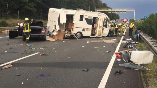 Auf der A2 bei Helmstedt sind am Sonntag (09.06.2019) bei einem Unfall sechs Fahrzeuge kollidiert, darunter ein Wohnmobil. Vier Menschen wurden verletzt.