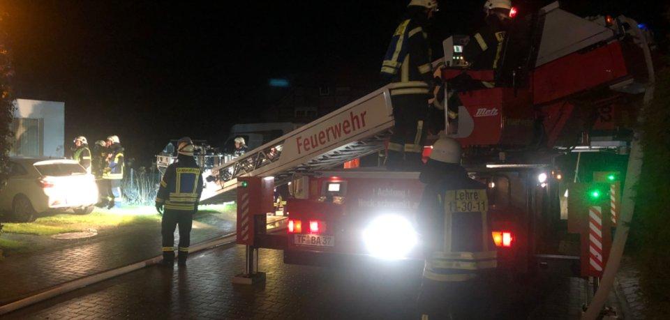 Ein Küchenbrand sorgte dafür, dass sich Bewohner eines Hauses im Landkreis Helmstedt (Niedersachsen) ins Freie flüchten mussten.
