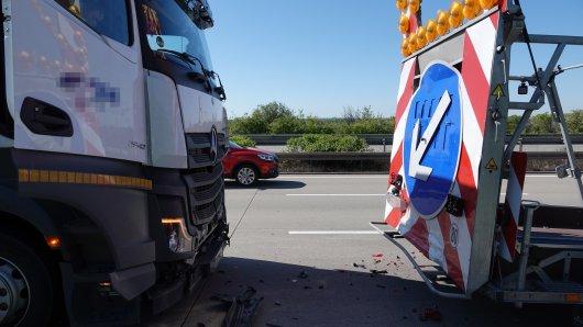 Auf der A2 ist ein Lkw auf einen Schilderwagen aufgefahren.