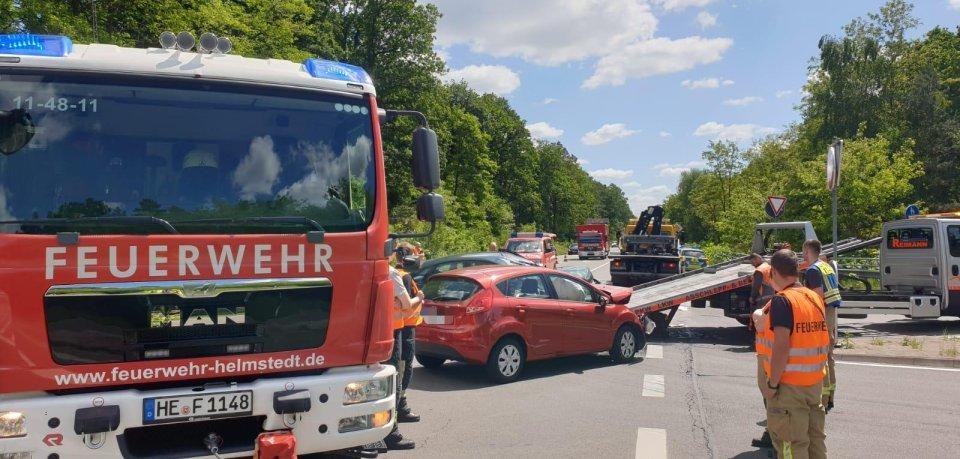 Zwei Autos sind nahe Helmstedt frontal ineinander gekracht. Drei Menschen wurden zum Teil schwer verletzt.