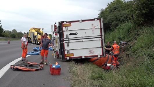 Die Bergungskräfte wollen den verunfallten Lkw auf der A2 mit Luftkissen wieder aufstellen.