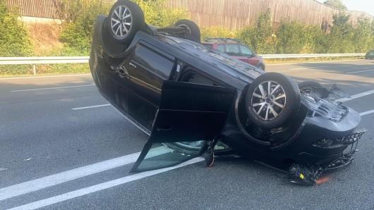 Crash auf der A2 bei Helmstedt! Ein Auto ist auf dem Dach gelandet.
