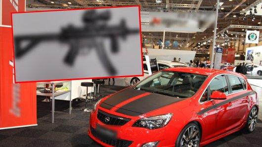 Im Kreis Helmstedt war ein Mann in einem getunten Opel Astra unterwegs – und hatte gefährliches Gepäck dabei. (Symbolfoto)