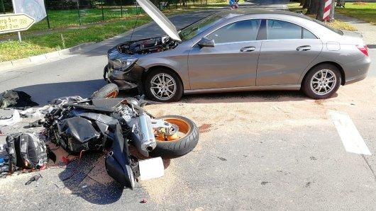 Ein Motorradfahrer schwebt nach Zusammenstoß mit einem Auto in Lebensgefahr.