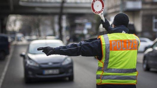 Die Polizei wollte eine Autofahrerin im Kreis Helmstedt kontrollieren. Die setzte zur Flucht an. Doch das endete bitterböse. (Symbolbild)