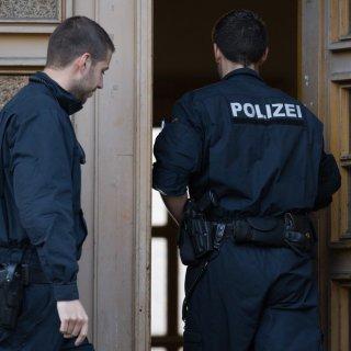 Die Polizei Helmstedt wollte einen 21-Jährigen zur Rede stellen. Als dieser ihnen die Tür öffnete, kam es zur brutalen Attacke. (Symbolbild)
