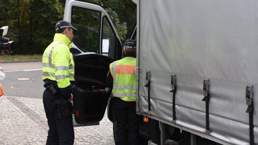 Ein Lkw-Fahrer hat auf der A2 bei Helmstedt eine schockierende Entdeckung gemacht. Alles begann mit einer menschlichen Hand. (Symbolbild)