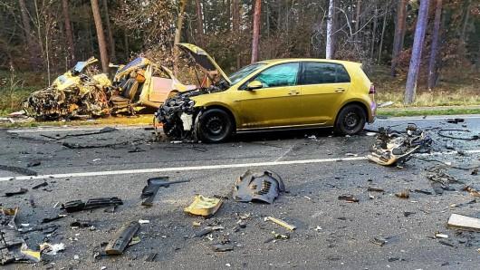 Auf der B244 bei Helmstedt hat es einen schrecklichen Unfall gegeben. Ein Mann schwebt in Lebensgefahr